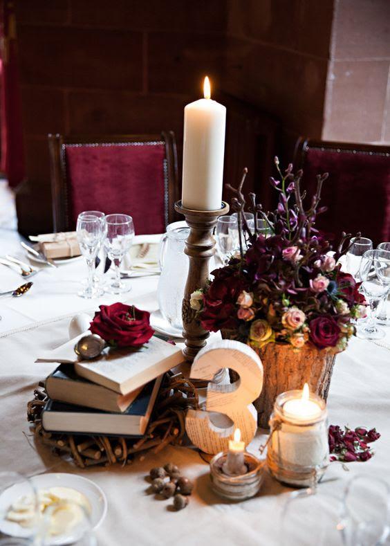 ein Harry-Potter-Hochzeit tablescape mit vintage Bücher, moody Blüten und Kerzen