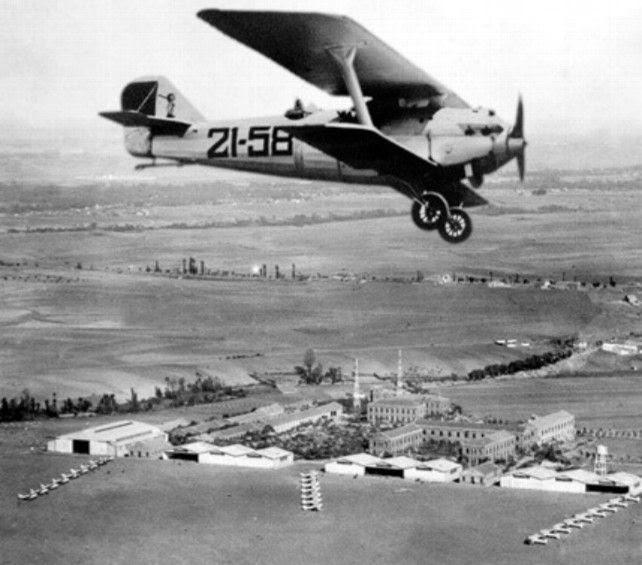 Instalaciones del Aeródromo Militar de la Virgen del Camino en los años 30, vuela un Breguet XIX. Foto: Fototeca Municipal de León