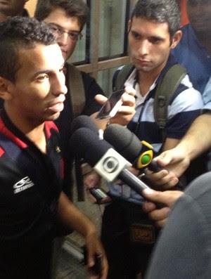 Rafinha desembarque Flamengo (Foto: Cahê Mota)