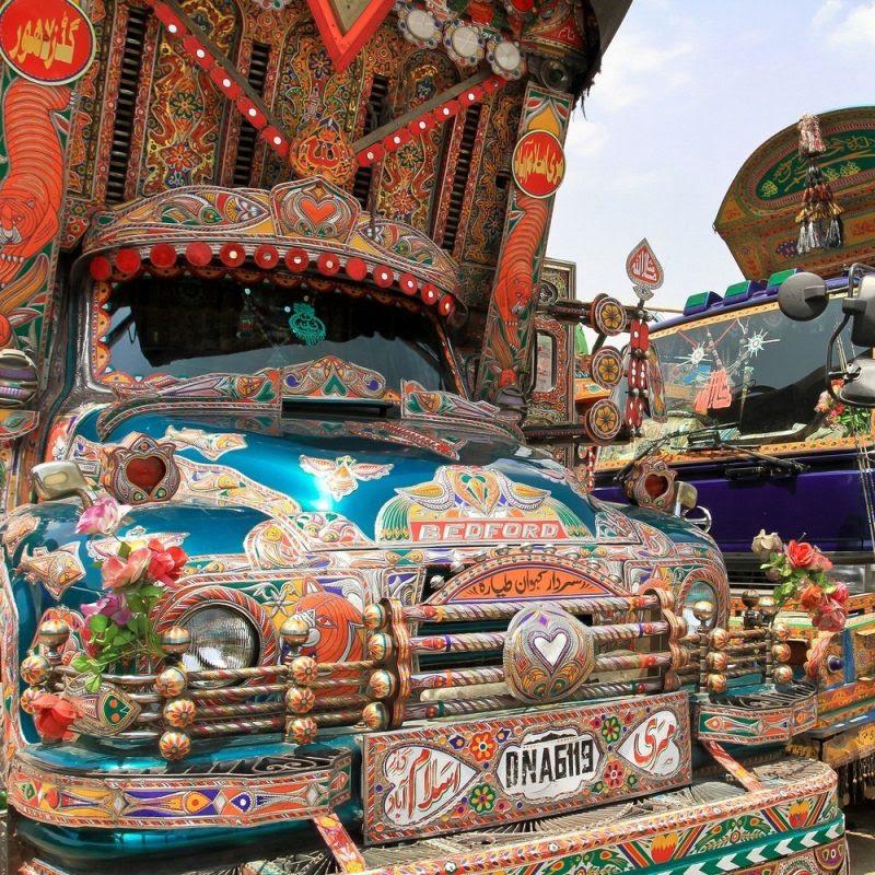 Perierga.gr - Αυτά τα φορτηγά στους δρόμους του Πακιστάν δεν περνούν απαρατήρητα!