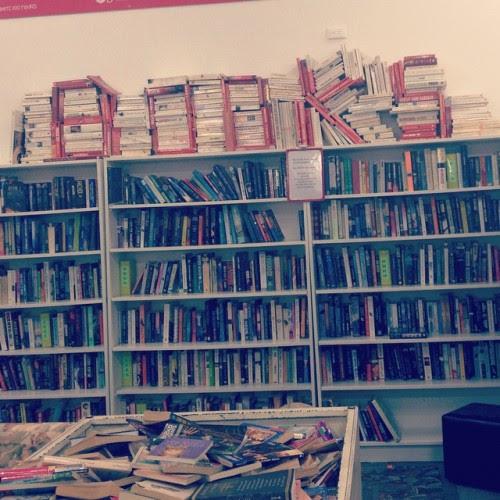 manikinfear: látta ezt a salvos ma ez a napomat!  💙📖💜 #bookstagram #bookshelves
