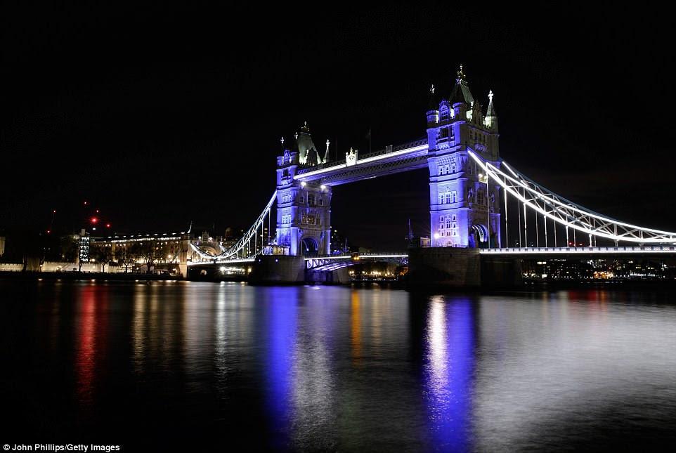 Tower Bridge en Londres ha sido iluminado en azul en apoyo a los Duke and Duchess de Cambridge mientras dan la bienvenida a su nuevo bebé