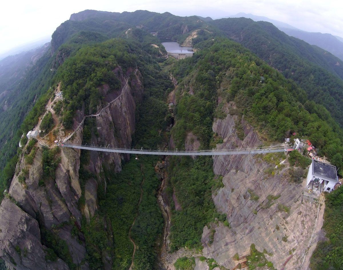 A ponte mais aterrorizante da China: 300 metros de aço e vidro transparente 05