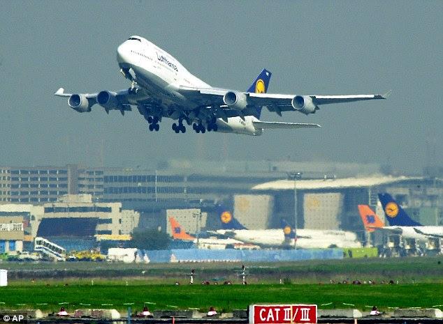 """Os passageiros foram obrigados a deixar os terminais A e A + """"imediatamente"""" em meio a relatos de uma violação de segurança (imagem de arquivo do aeroporto de Frankfurt)"""