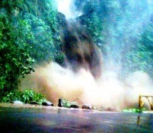 Cabeza de agua destruye puente de la catarata de La Paz. Foto Carlos Flores/Tomada del Facebook