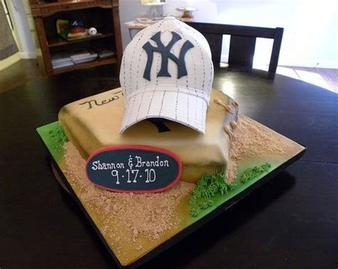 New York Yankees theme groom's cake with baseball cap and