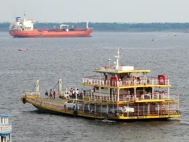 Navios que escoam petróleo e gás estão ancorados em Manaus aguardando condições de navegabilidade (Foto: Divulgação/Sindarma)