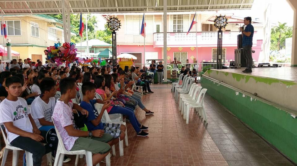 Filipino motivational speaker inspires the youth of Pola