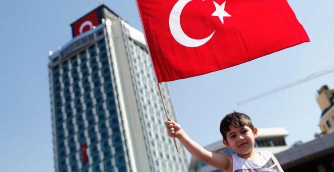 Un niño en la multitudinaria manifestación de este domingo en Estambul contra la deriva autoritaria del gobierno de Erdogan. EFE