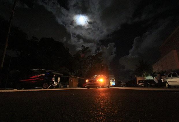 Rua de Recife iluminada por faróis de carros e pela lua (Foto: Heudes Regis/JC Imagem/Estadão Conteúdo)