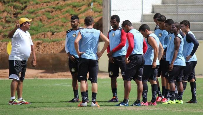 Jogadores do Globo FC, e treinador Higor César (Foto: Fabiano de Oliveira)