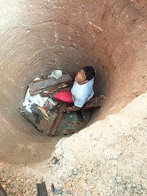 Suspeito caiu em cisterna ao tentar fugir da polícia na Bahia (Foto: Polícia Militar / Divulgação)