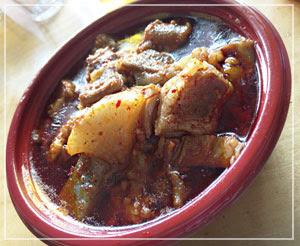 谷津「まるはん」の、ピリ辛味の牛すじ煮。