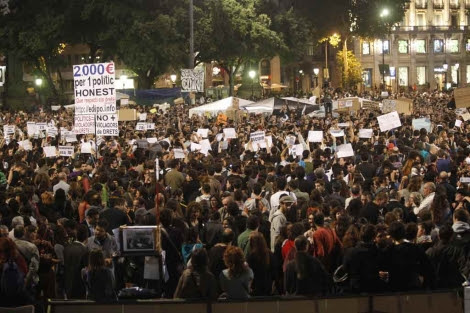 Un momento de la cacerolada en plaza Catalunya. | Quique García