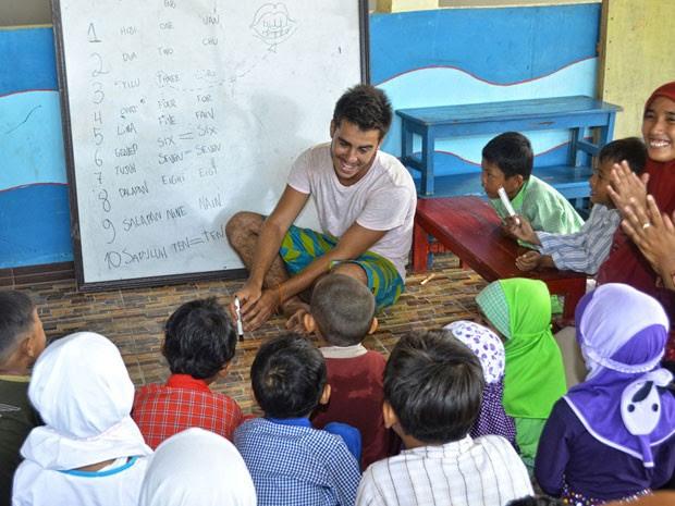 Felipe dando aula em uma escola durante a viagem (Foto: Felipe Pereira/Arquivo pessoal)