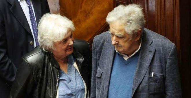 La nueva vicepresidenta del país y presidenta de la Asamblea General del Parlamento habla con el expresidente y senador José Mujica - EFE