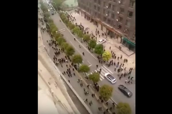 便衣警察撤退如大游行。(视频截图)
