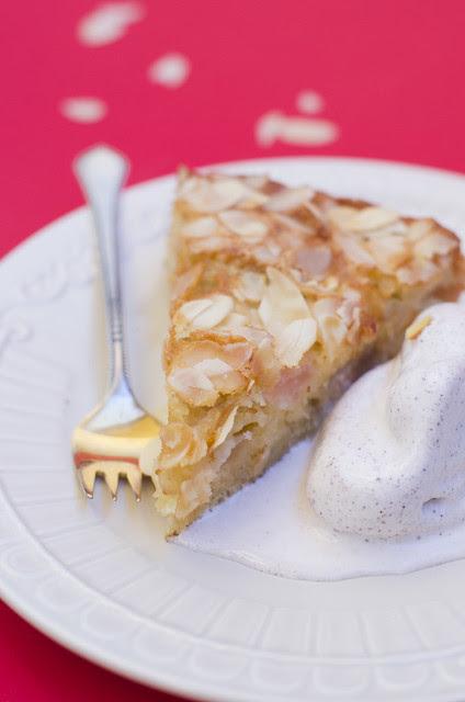 Mandlikattega õunakook / Apple cake with almond topping