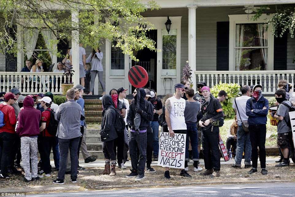 Se ve a Antifa congregarse en una acera con la esperanza de enfrentarse al grupo neonazi antes del mitin.