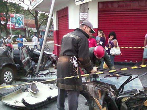 Veículo ficou totalmente destruído (Foto: Cristiane Zambroni/EPTV.com)