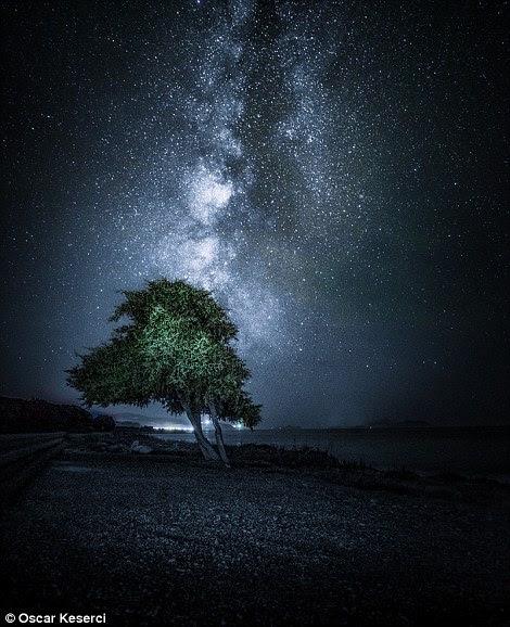 A fotografia à direita também foi capturada em Rodes e é nomeada Noite Estrelada
