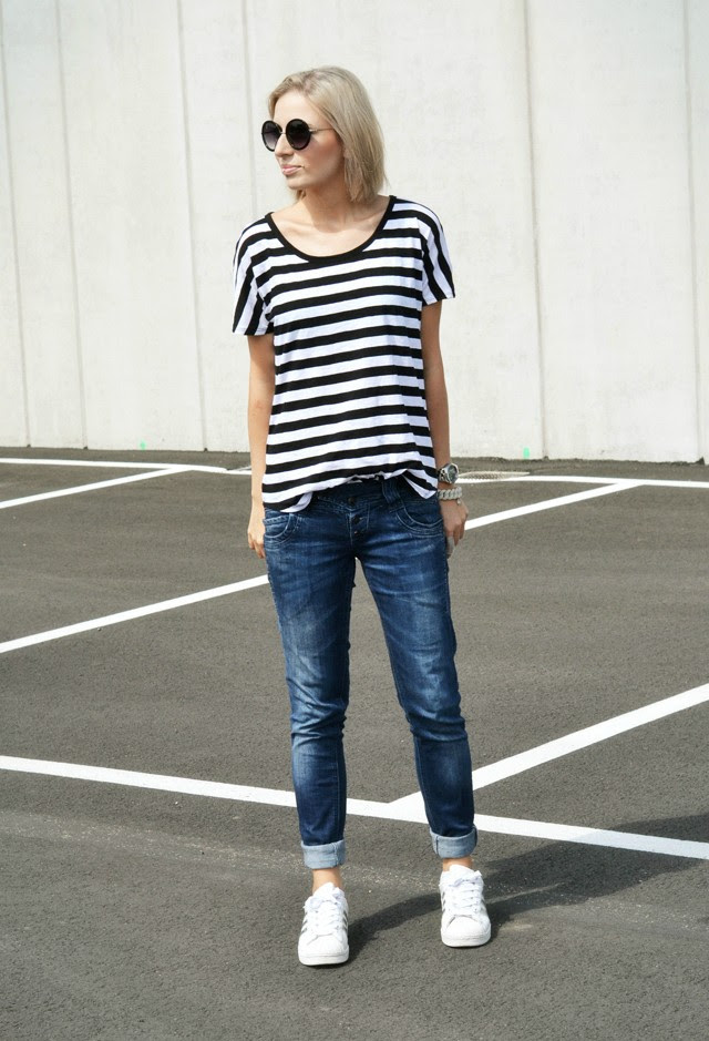 Outfit by belgium fashion blogger turn it inside out: wearing mango striped t-shirt, primark round sunglasses, zara trf jeans, adidas adicolor W5 superstar, marc by marc jacobs jewelry.
