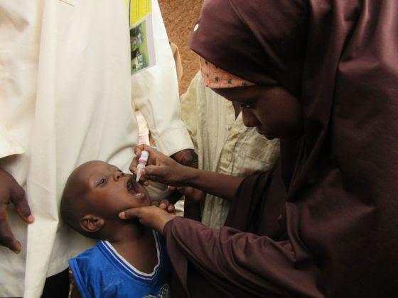 Un niño recibe la vacuna contra la polio en Dambatta (Nigeria).