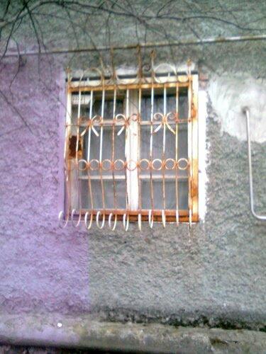 """Окна безвкусно декорированы металлическими решётками..."""