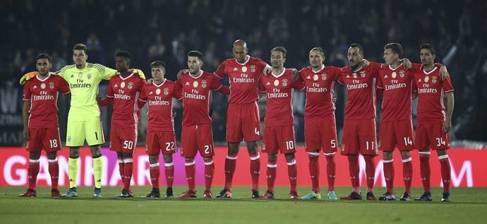 Jogadores do Benfica prestam um minuto de silêncio em homenagem a Mario Soares (Foto: Reuters)