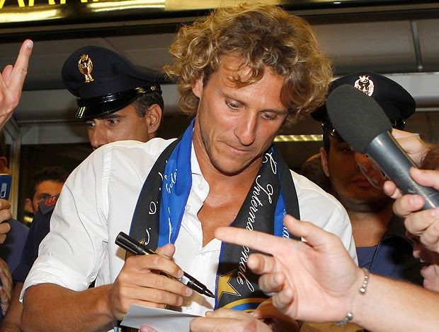 forlan chegada na itália (Foto: AP)