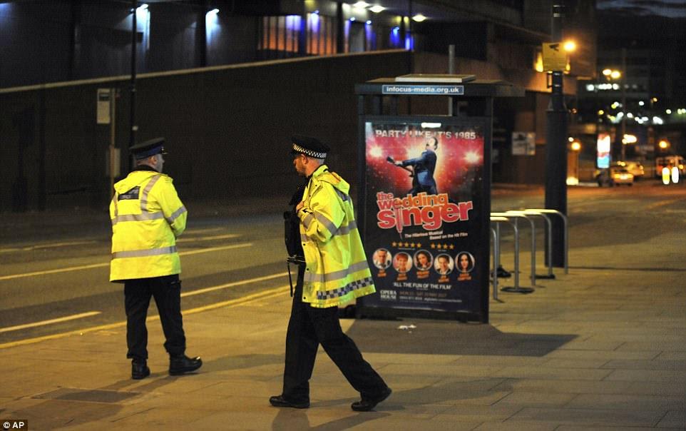 Nenhum grupo militante reivindicou a responsabilidade até agora, mas os partidários do Estado islâmico celebraram nas mídias sociais.  Foto: Polícia patrulha as ruas de Manchester