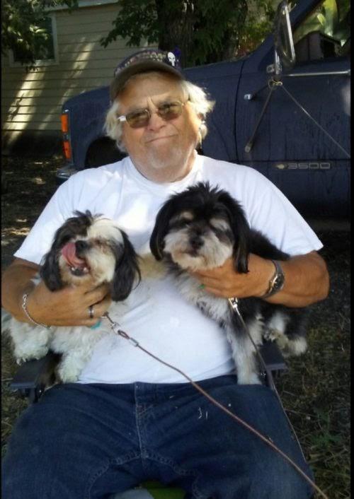 Hombre de 73 años sobrevive tras 4 días de quedarse varado en el desierto junto a sus 2 perros