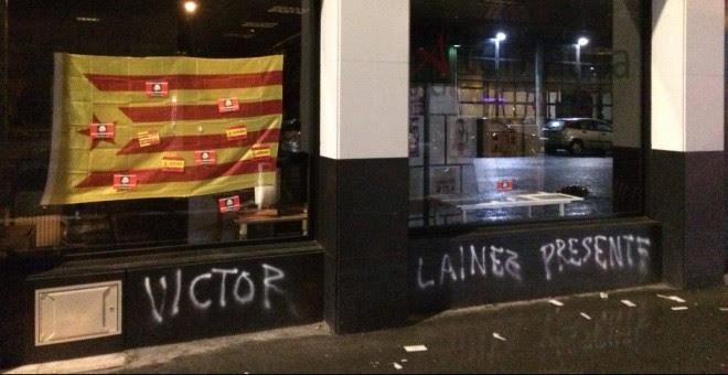 Pintadas de grupos de extremaderecha: 'Víctor Lainez, presente'./Público
