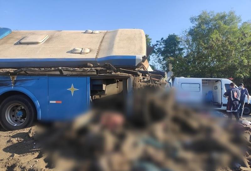 TRAGÉDIA – (FOTOS): Acidente em rodovia no interior de SP entre ônibus e caminhão provoca 22 mortes, diz PM