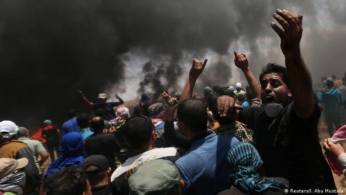 Manifestantes palestinos protestam na Faixa de Gaza