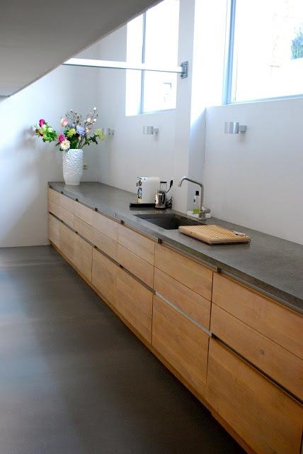 Mueble con frentes de madera y encimera de piedra, un resultado muy cálido y natural