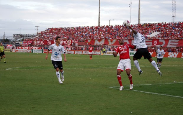 Flávio Boaventura, do ABC, impede cabeçada de Isac, do América-RN  (Foto: Augusto Gomes/GLOBOESPORTE.COM)