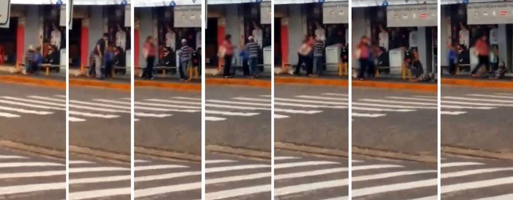 Imagem mostram o suspeito tocando o menino; depois um homem chega e tira a criança de lá; na sequência a mãe que estava na loja ao lado aparece e começa a discutir e agredir o homem, que chega a cair na calçada após as agressões (Foto: Arquivo pessoal )