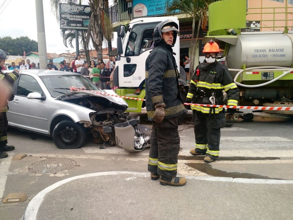 Duas pessoas tiveram ferimentos leves (Foto: Divulgação/Corpo de Bombeiros)