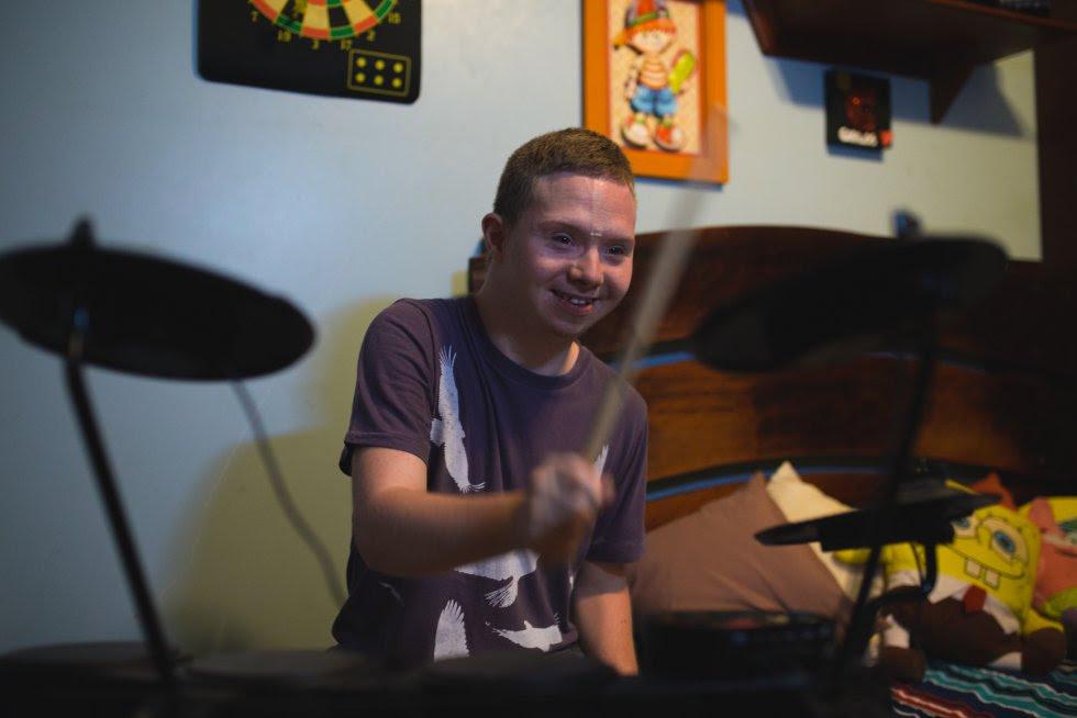 Carlos Henrique é um aluno da Escola de Música.