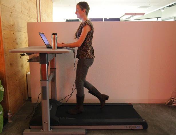 Uma funcionária usa o sistema de mesa acoplada a esteira no escritório do Google em Mountain View, Califórnia (EUA)