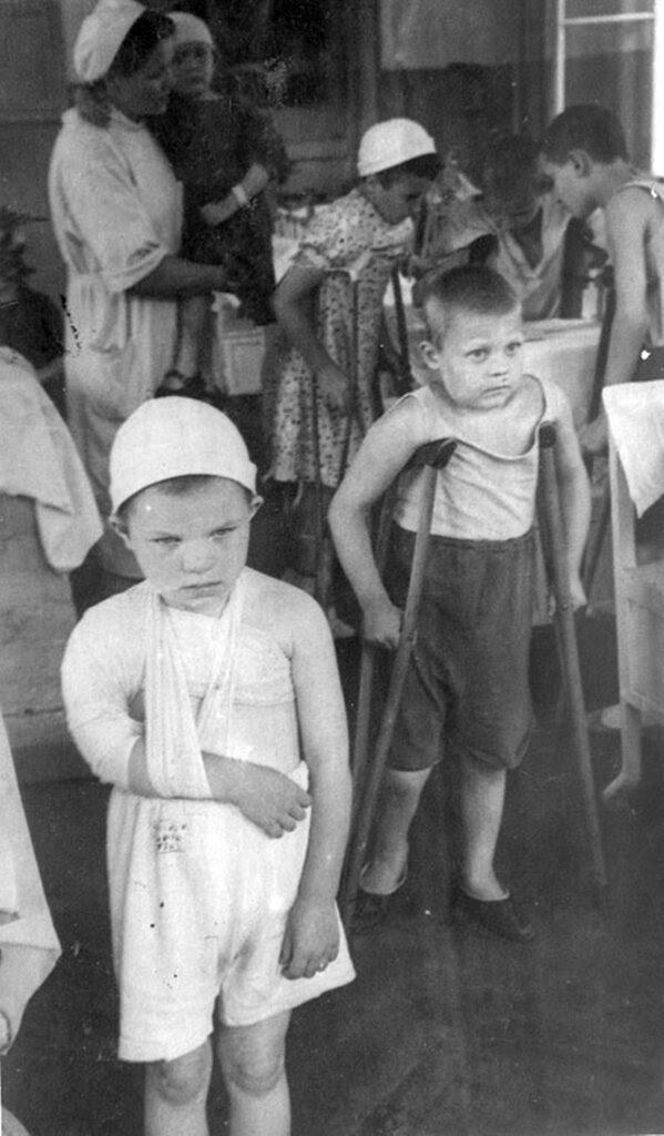 Раненые дети, пострадавшие от артиллерийских обстрелов города, в Ленинградском государственном Педиатрическом институте. Июль 1943 г. Ленинград.