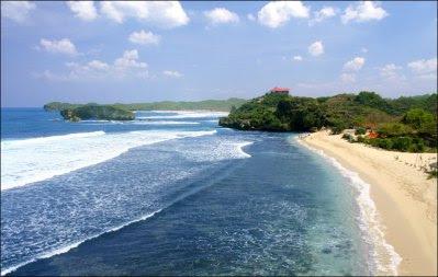 Pantai Sundak Dengan Pasir Putih Yang Membentang