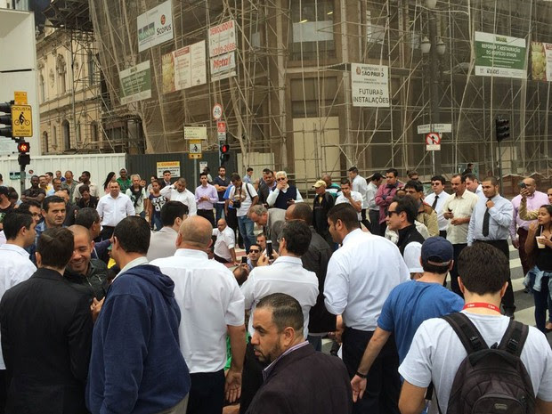 Taxistas se reúnem no Viaduto do Chá, em protesto contra decreto que libera Uber em SP (Foto: Márcio Pinho/G1)