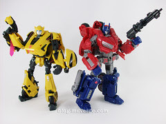 Transformers Cybertronian Bumblebee Generations Deluxe vs Optimus - modo robot