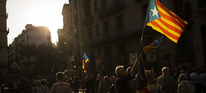Αγωνία για την επόμενη ημέρα στην Καταλονία (Φωτογραφία: AP/ Francisco Seco)
