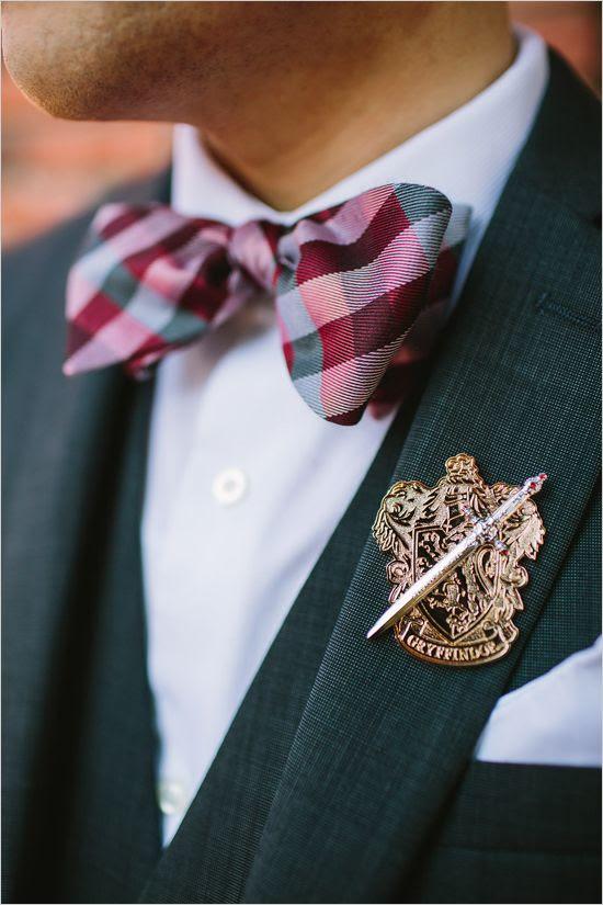 ein Gryffindor Ansteckblume und ein plaid bow Krawatte stilvolle Akzente für einen magischen look