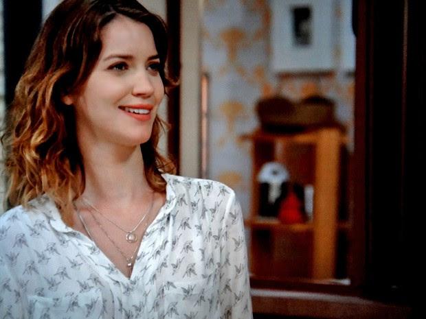 Laura fica surpresa com visita da paranormal (Foto: TV Globo)
