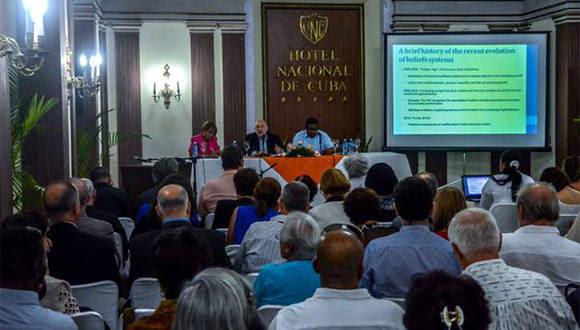 Participantes en la conferencia del Premio Nobel de Economía, Joseph Stiglitz, realizada en el Hotel Nacional de Cuba, el 6 de diciembre de 2016. ACN FOTO/ Abel PADRÓN PADILLA/ rrcc