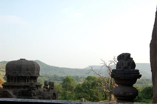 Blick vom Balkon des Jaintempels auf das Tal von Ellora, im Vordergrund eine kleine Stupa und dahinter die Kuppel des Tempels.